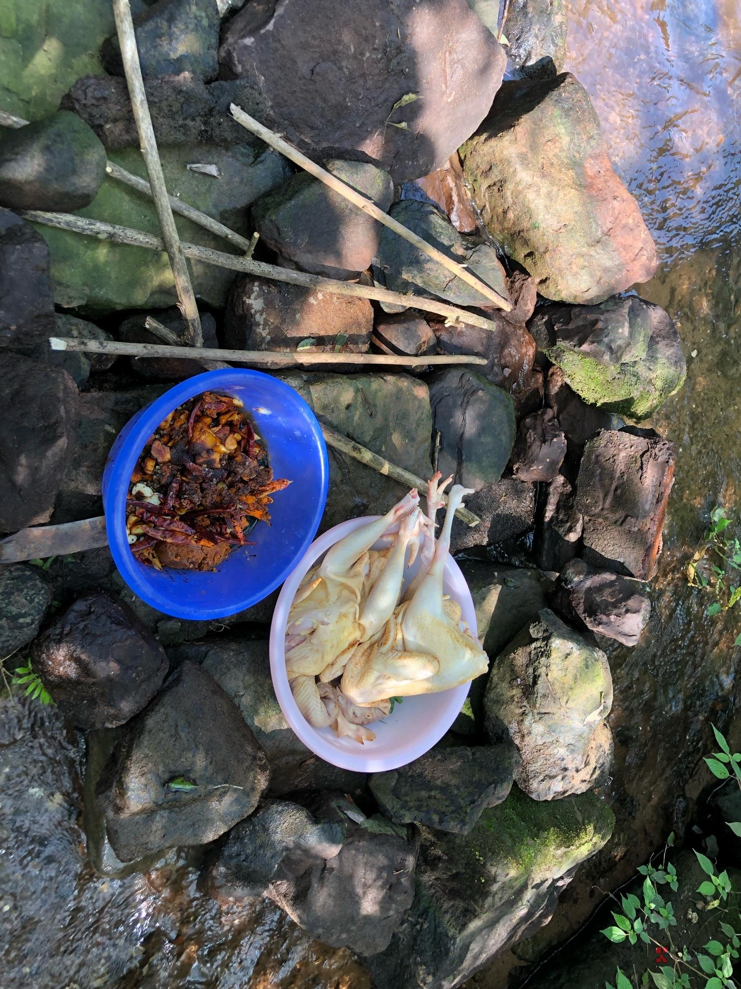 昨天跟两个朋友一起去野炊了,结果泥巴不够,懒得和,直接烧,糊了一只。但另外一只特81 / 作者:霜雪千年 /