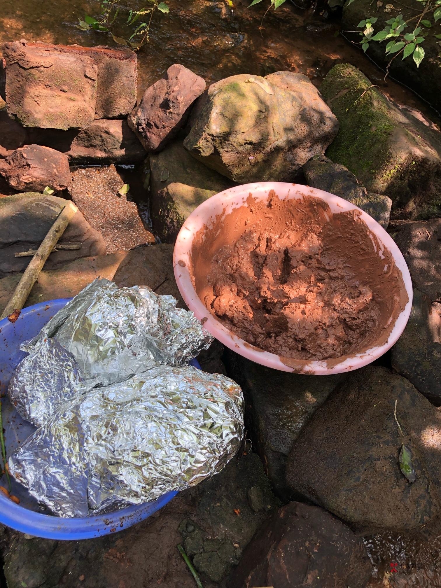 昨天跟两个朋友一起去野炊了,结果泥巴不够,懒得和,直接烧,糊了一只。但另外一只特67 / 作者:霜雪千年 /