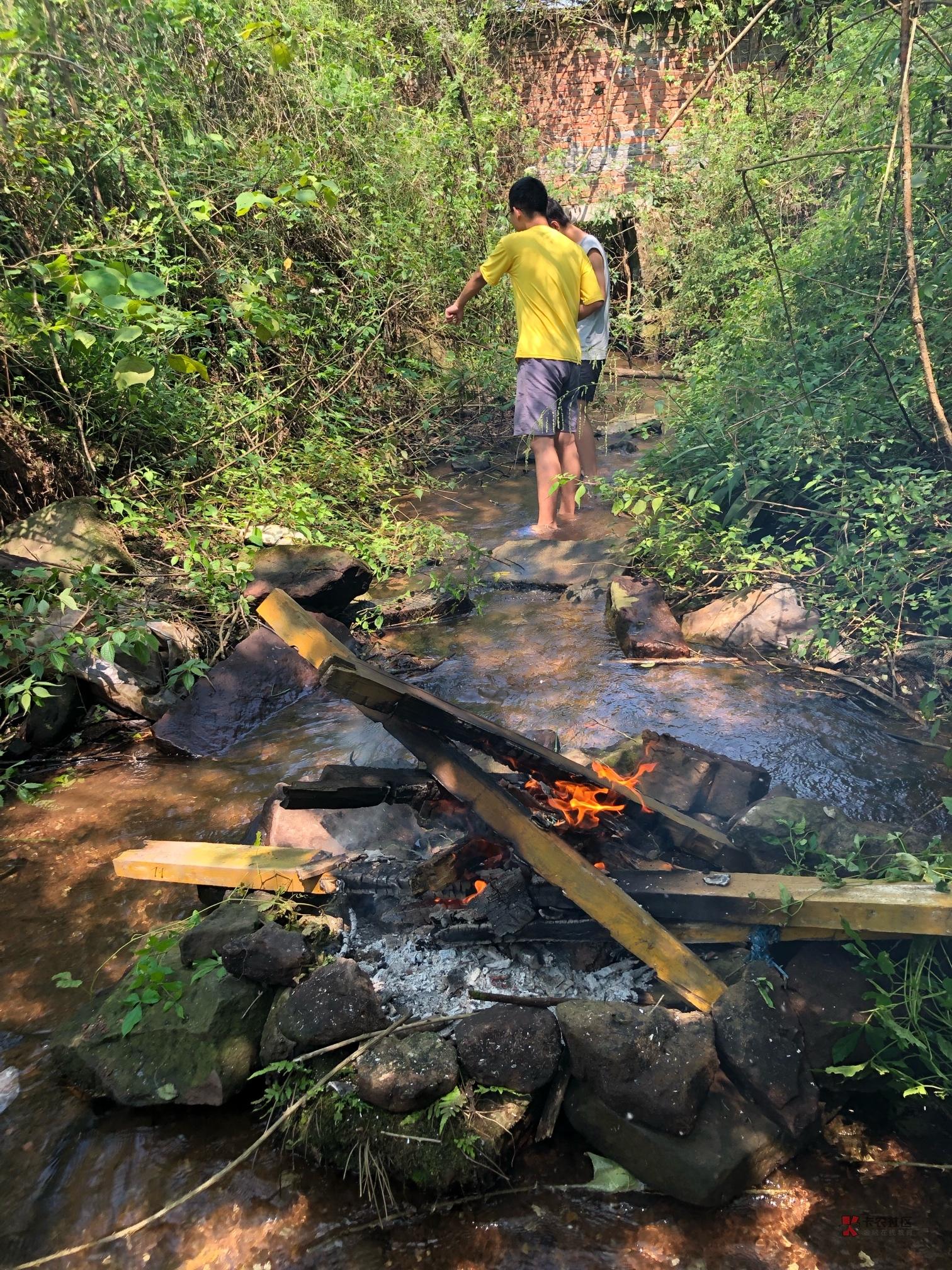 昨天跟两个朋友一起去野炊了,结果泥巴不够,懒得和,直接烧,糊了一只。但另外一只特34 / 作者:霜雪千年 /